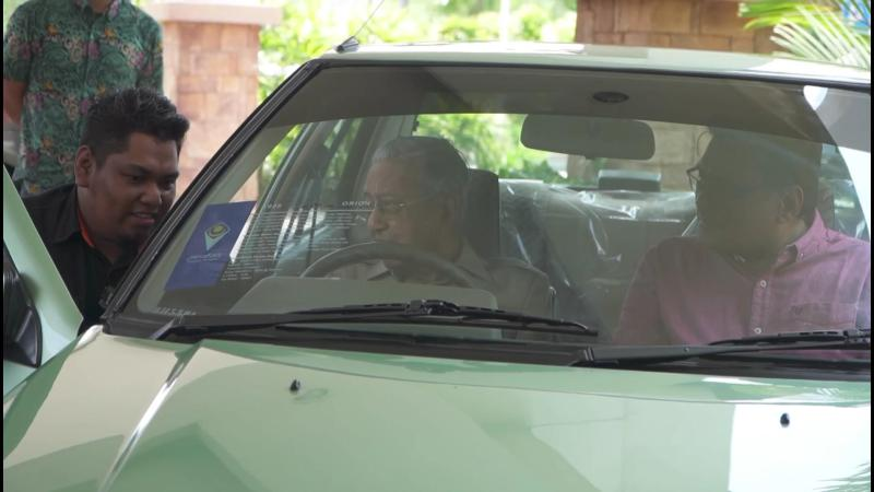Tun M checks out some restored Proton Sagas; Confirms Perodua Ativa is his own car 02