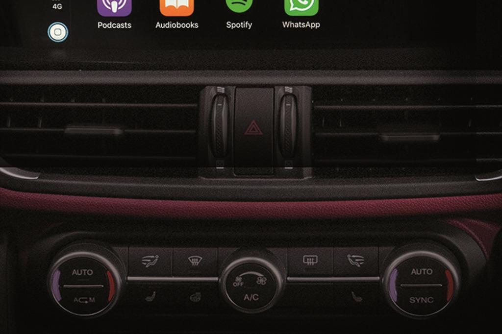 Alfa Romeo Giulia (2019) Interior 005
