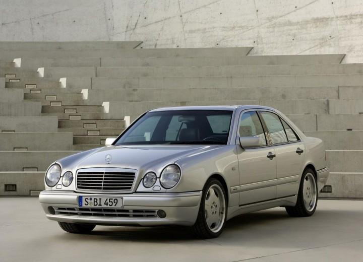 Ulang tahun Mercedes-Benz E-Class (W210) yang ke-25. Kenapa model ini sangat dikenali ramai? 01