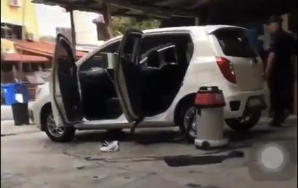 Pegawai MBSA 'tolong' cuci sebuah Perodua Axia akibat tragedi ini