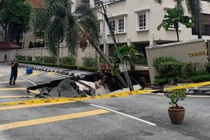 Massive sinkhole along Jalan U-Thant! Avoid Ampang Hilir at all cost!