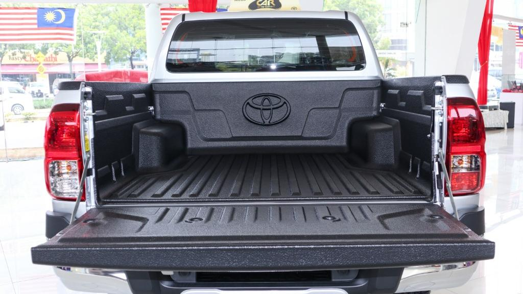 2018 Toyota Hilux Double Cab 2.4 L-Edition AT 4x4 Interior 039
