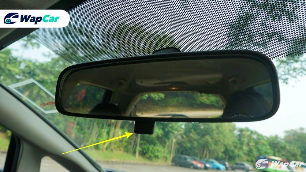 Are you using your rear-view mirror's night mode properly? 01