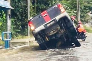 Pick-up trucks are not invincible in floods, here are 10 tips for driving through water