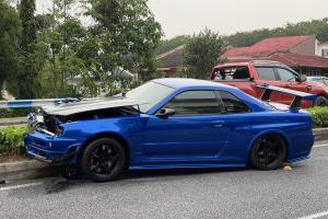 Nissan Skyline GT-R R34 menjadi korban, lori buat pusingan-U secara haram!
