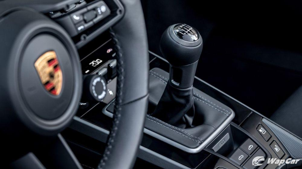 The Porsche 911 (992) is now available with a manual transmission in Europe 01