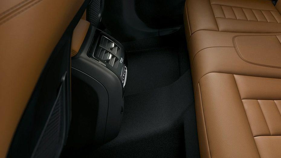 BMW X3 (2019) Interior 011