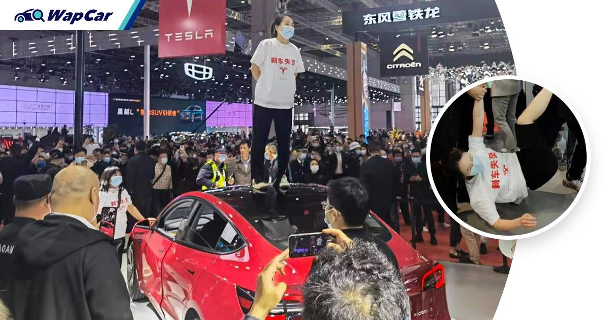 Failed brakes spark protest at Tesla's booth in 2021 Auto Shanghai 01