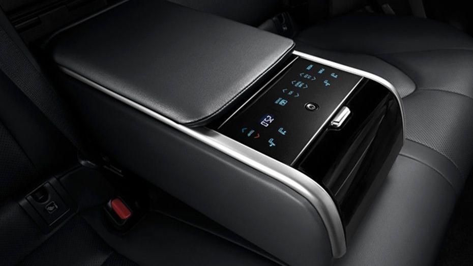 Toyota Camry (2019) Interior 009
