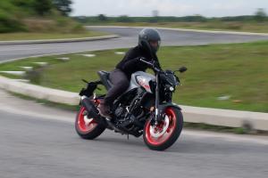Rebiu: Yamaha MT-25 2020 - definisi sebenar motosikal 'besar' yang mudah dikendalikan!