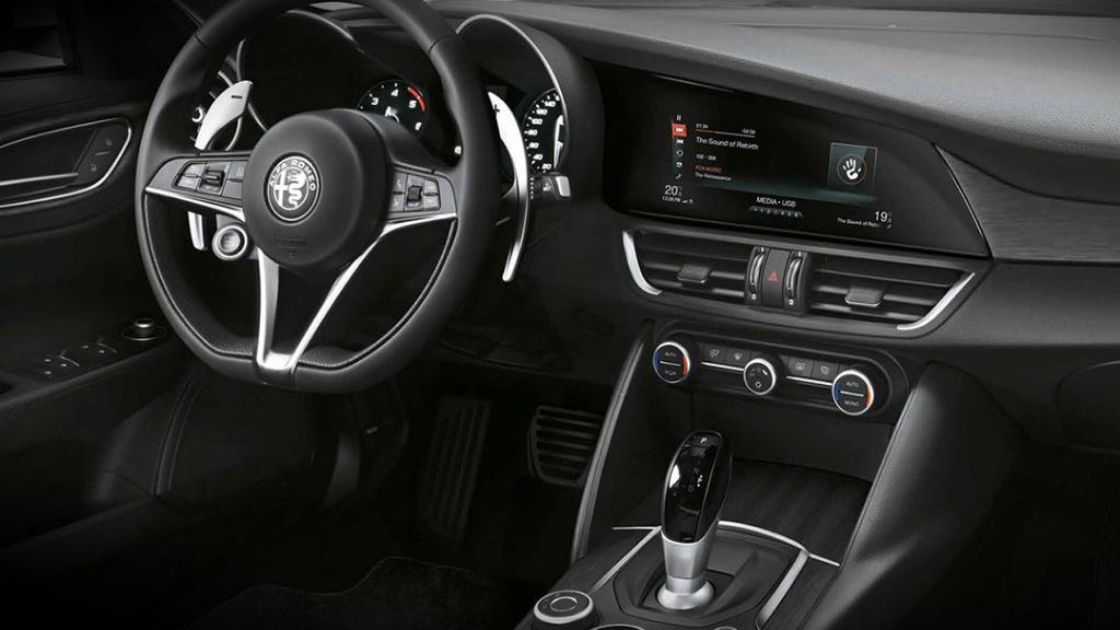 Alfa Romeo Giulia (2019) Interior 001