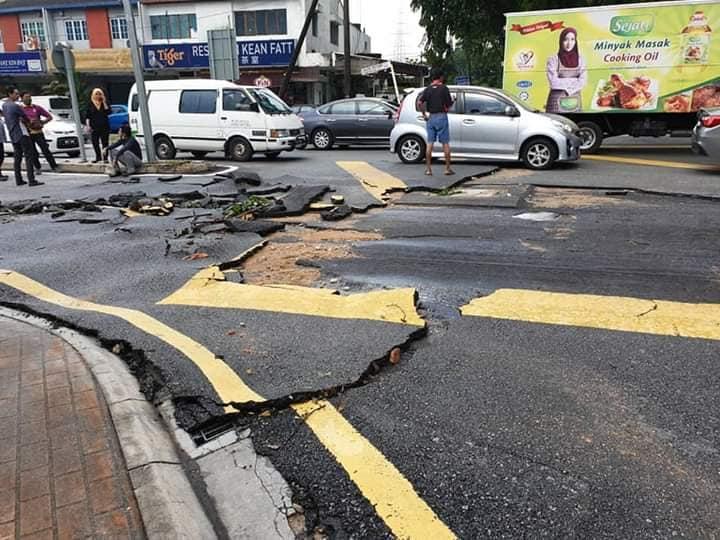Beware of damaged roads near the Taman Bahagia LRT Station! 02