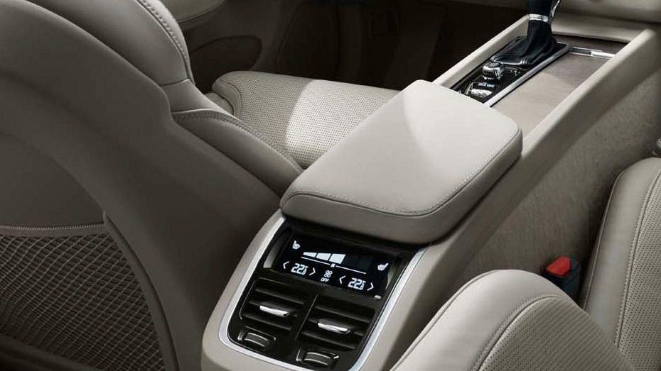 Volvo XC60 (2018) Interior 008