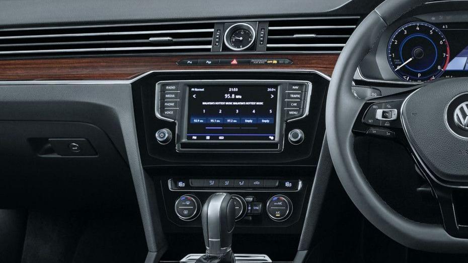 Volkswagen Passat (2018) Interior 005