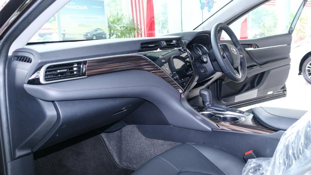 2019 Toyota Camry 2.5V Interior 003
