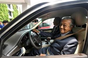 What Tun Mahathir feels like when driving the VinFast SA2.0 SUV in Hanoi?