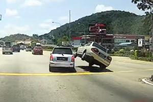 Makcik Bawang amuses social media with their reaction to accident