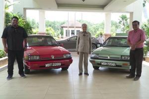 Tun M checks out some restored Proton Sagas; Confirms Perodua Ativa is his own car