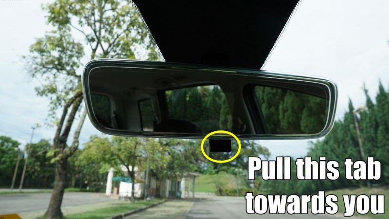 Are you using your rear-view mirror's night mode properly? 02