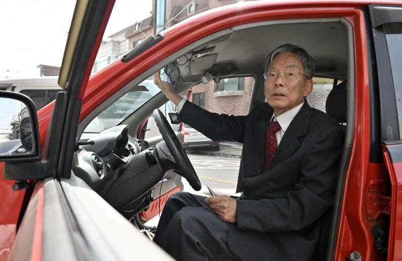 This Korean professor created a self-driving car way back in the '90s! Tesla who? 02