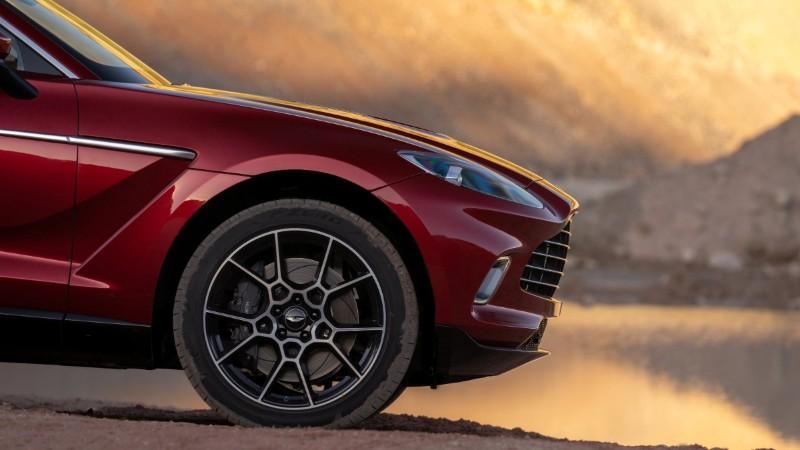 Aston Martin DBX front overhang