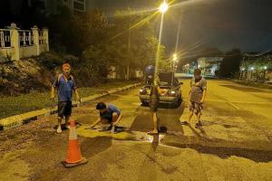 Penduduk tampal jalan berlubang, guna RM 1 ribu duit poket sendiri