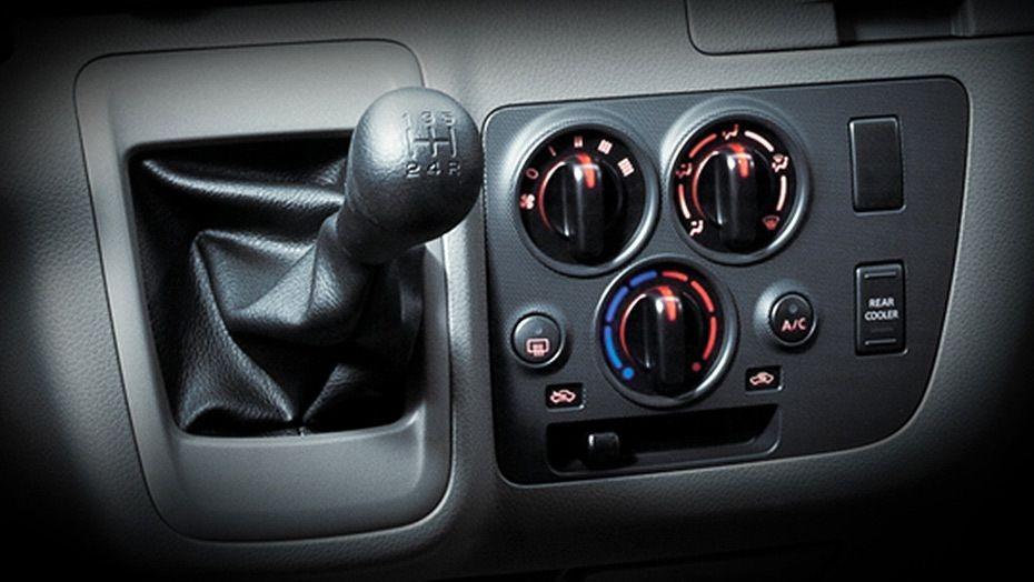 Nissan NV350 Urvan (2018) Interior 003