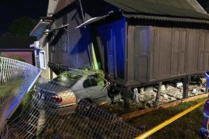 BMW 5 Series terbabas rempuh rumah - pemandu tersepit, penghuni selamat
