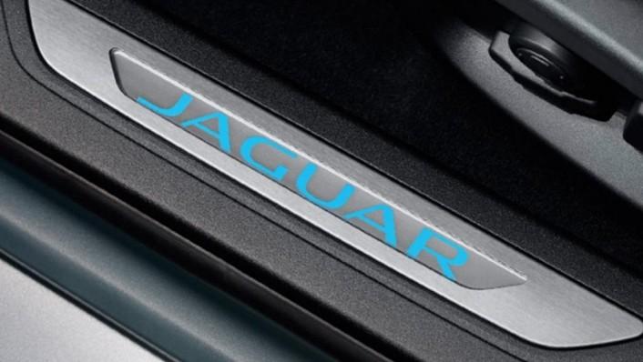 Jaguar XF (2017) Interior 008