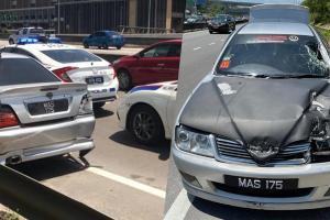 Pemandu Proton Waja yang meloloskan diri dari polis kini diburu, kereta dah tinggal tepi jalan!