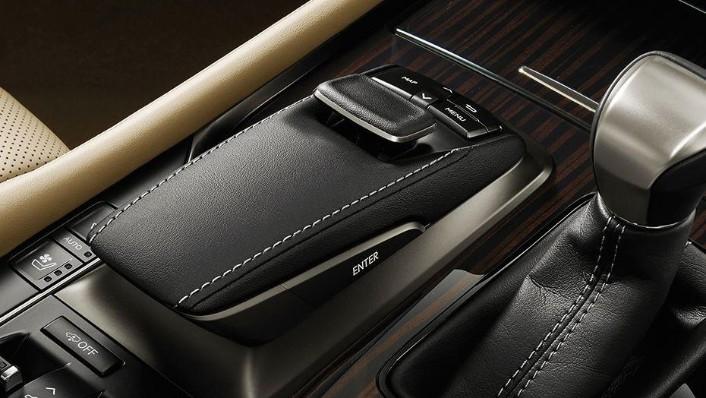 Lexus LX (2018) Interior 003