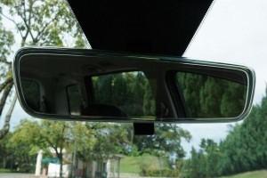 Tahukah anda, cermin belakang anda mempunyai mod malam?