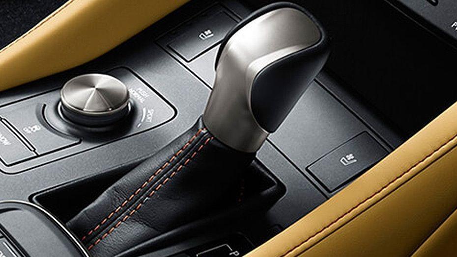 Lexus RC (2018) Interior 002